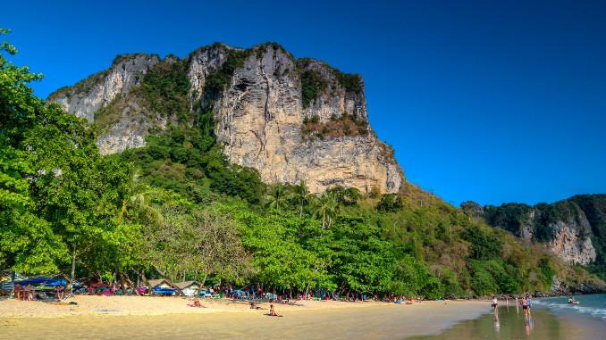 Der große Felsen am Ao Nang Strand