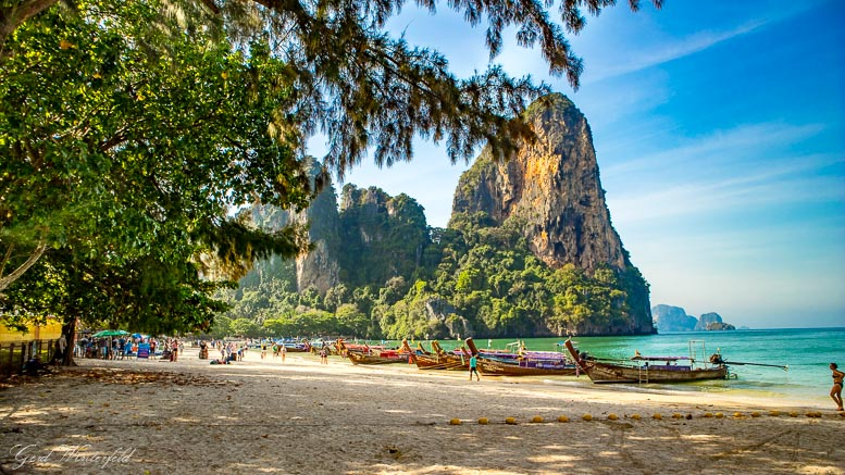 Die Longtailboote in der Strandmitte des Railay Beach